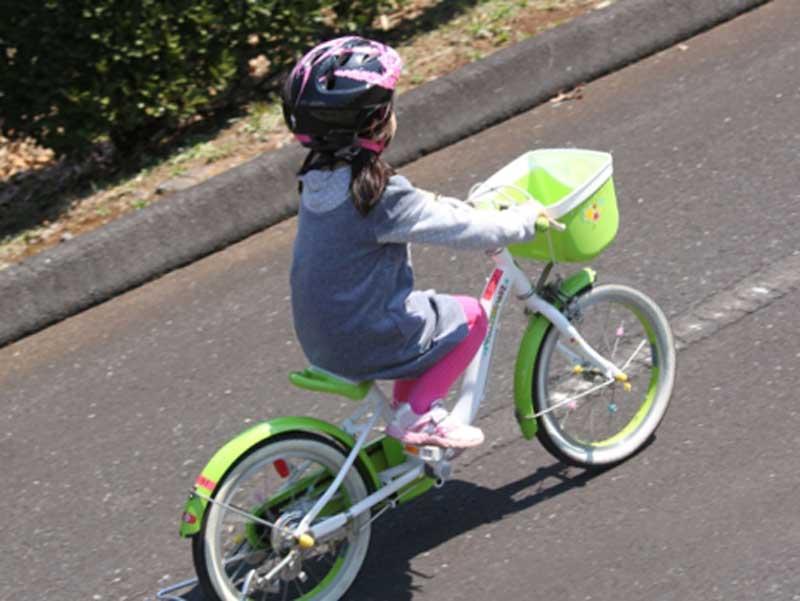 補助輪無し自転車に乗っている子供