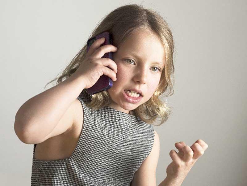 電話で怒りながら話している子供