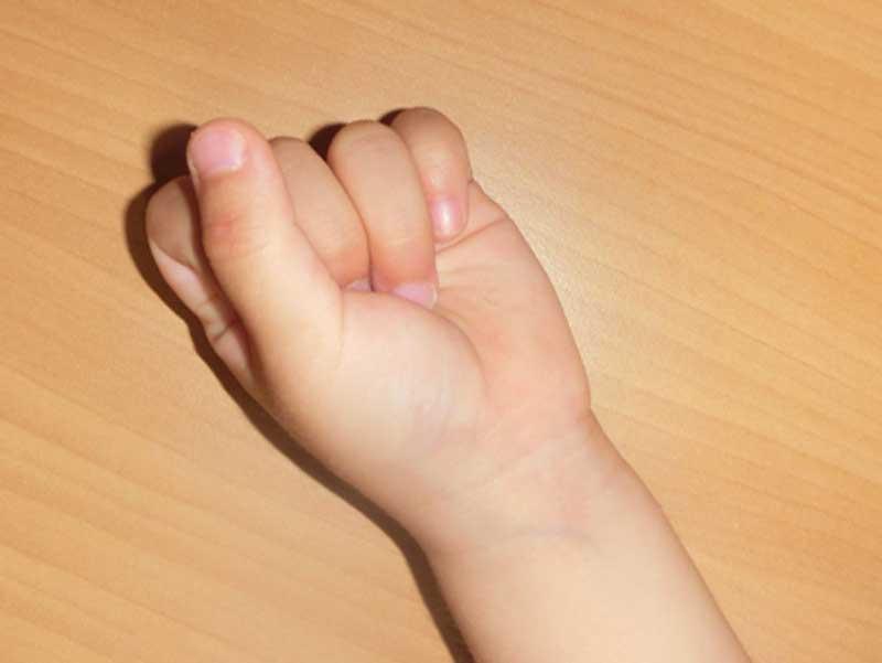 手を握りしめる子供