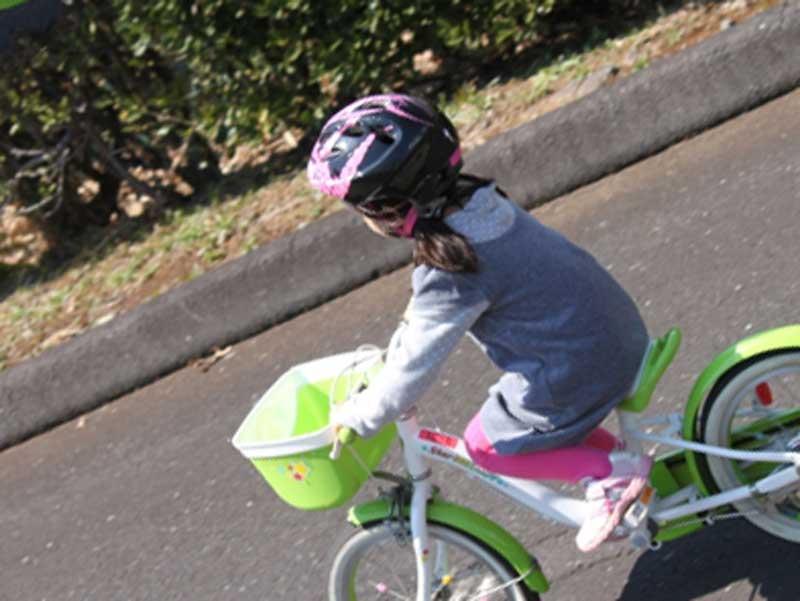 ヘルメットをしっかりかぶり安全運転する子供