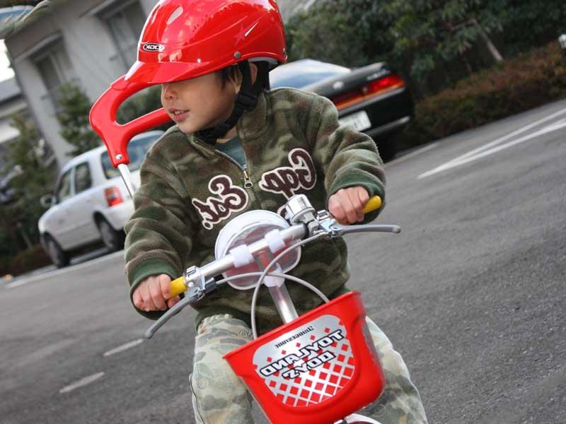 サイズピッタリの自転車で安全運転する子供