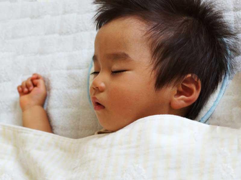 風邪を引いて寝ているいる赤ちゃん