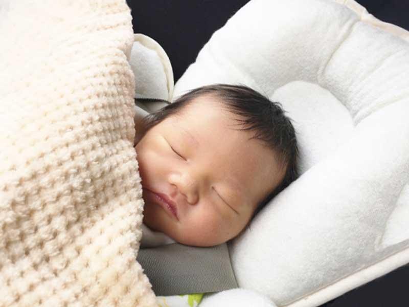 ベビーシートに載せて寝ている赤ちゃん