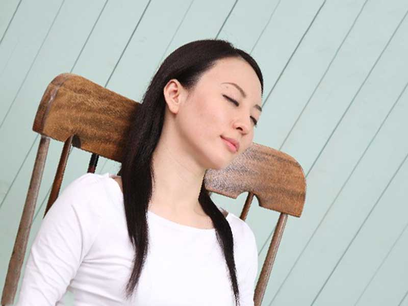 椅子の上で昏睡している女性