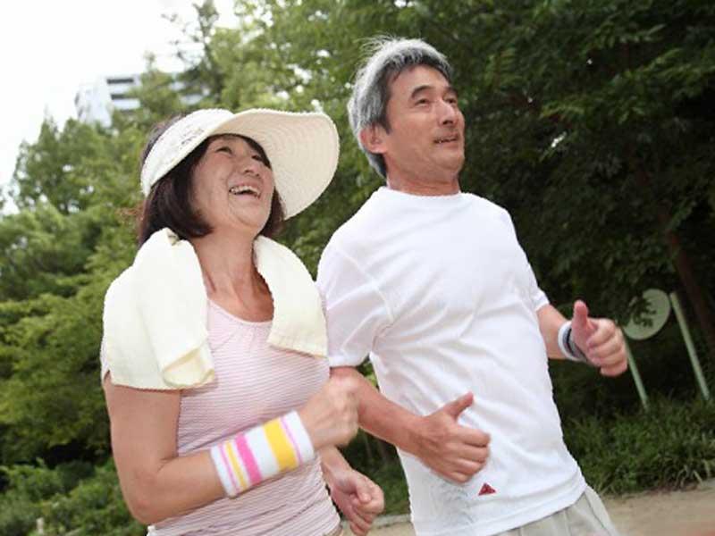 仲良くジョギングをする夫婦