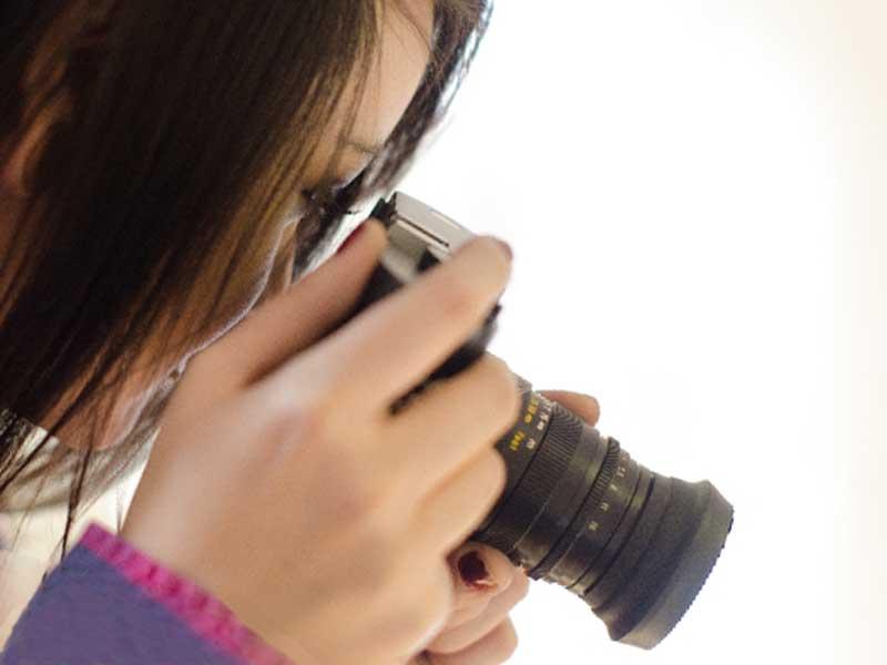 撮影をしている女性