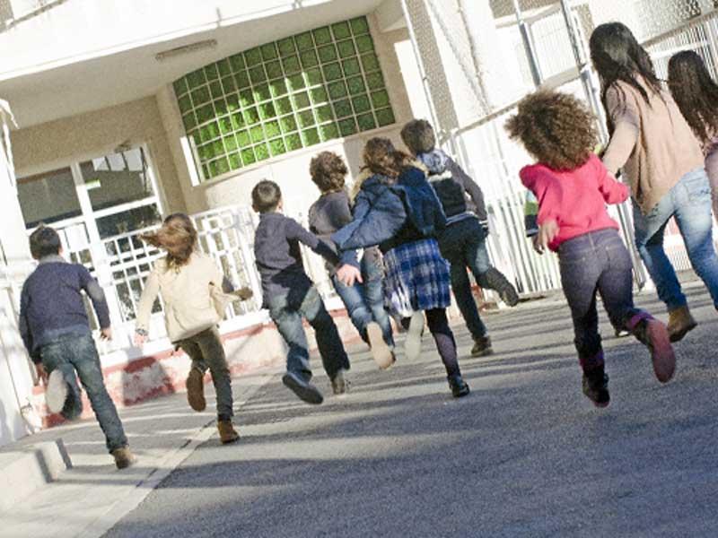 学校に向かって走る外国人の子供たち