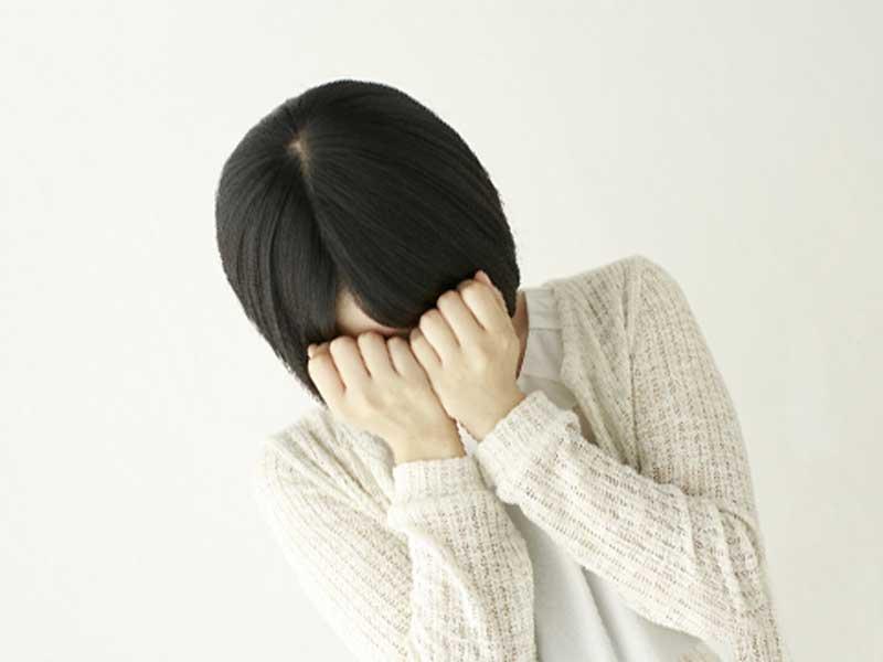 後悔して泣いている女性