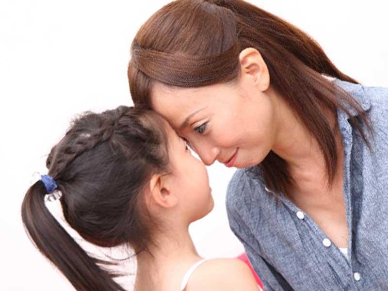小さな女の子と顔を近づけてコミュニケーションをとってるママ