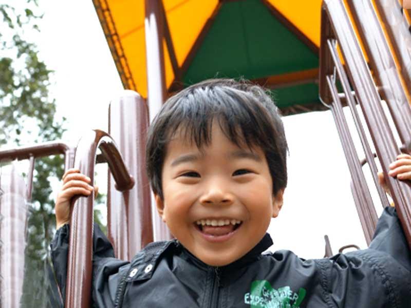笑顔で遊んでいる子供