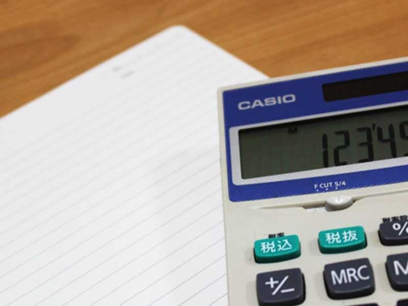 家計管理用のメモと電卓