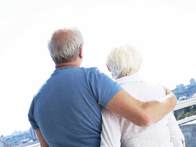 腰を組んでいる仲がいい老夫婦