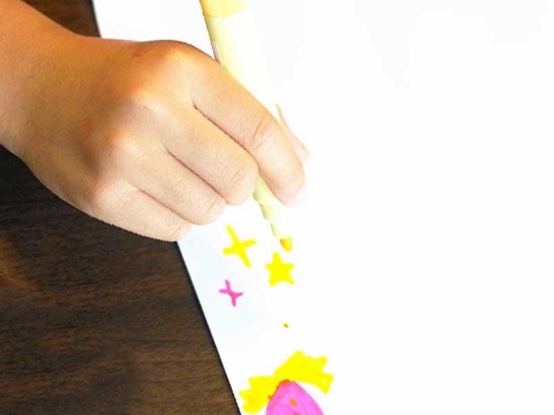 黄色の星を描く子供