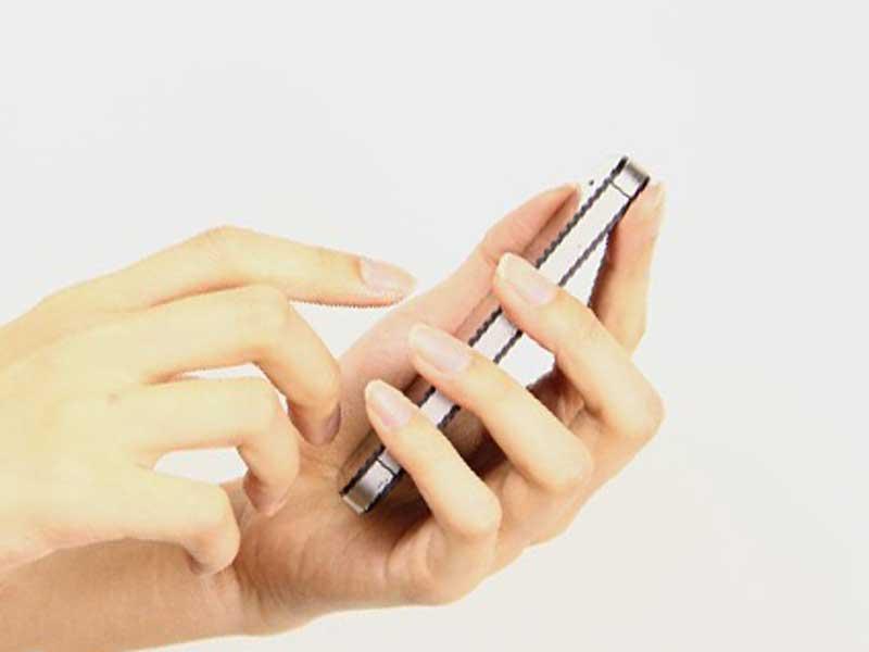 携帯電話に出る女性
