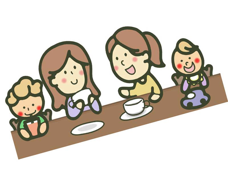 のんびりと食事をしている子連れのママたち