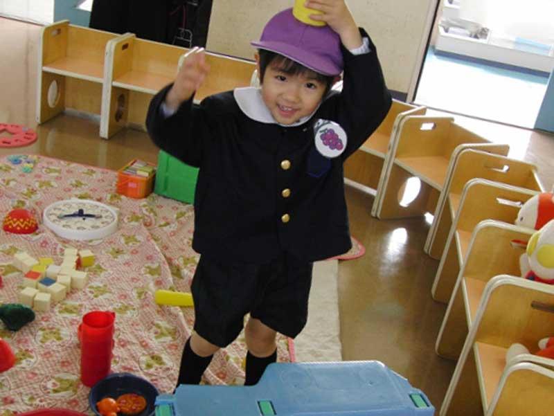 おもちゃで遊ぶ幼稚園児