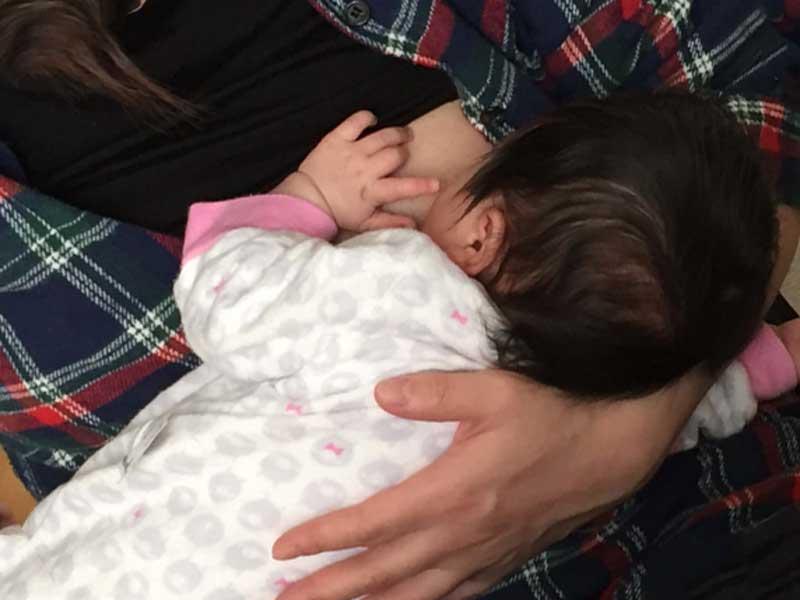 赤ちゃんに授乳をしているお母さん