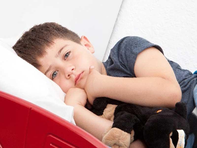 ベッドの中にいる子供