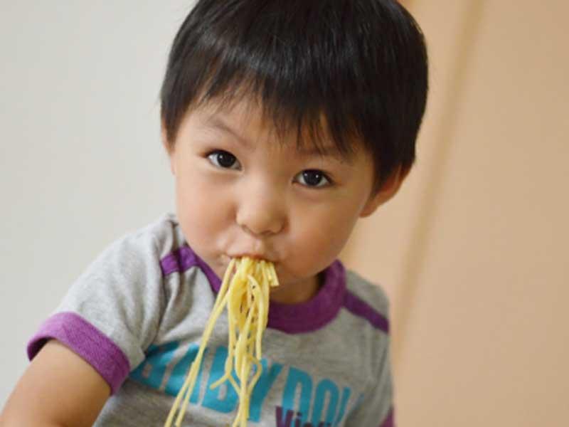 保育園の給食を食べている子供