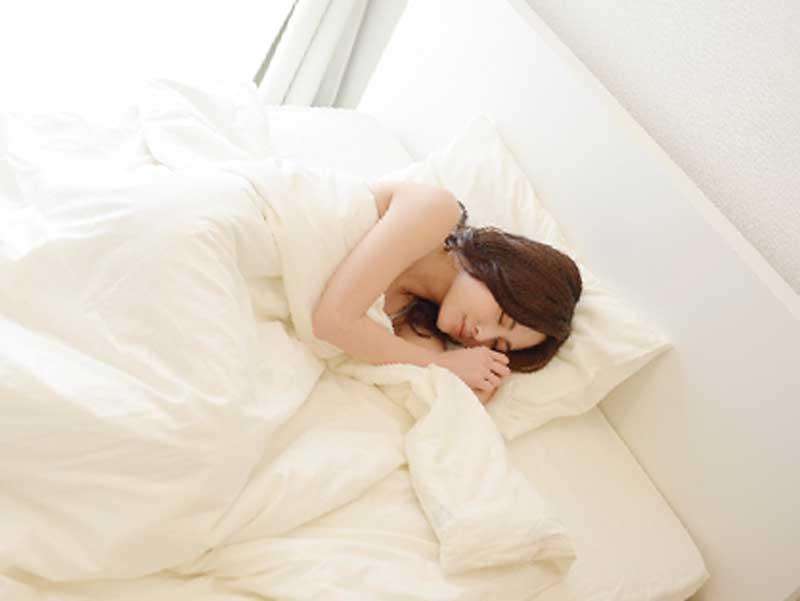 横向きで寝ている妊婦さん