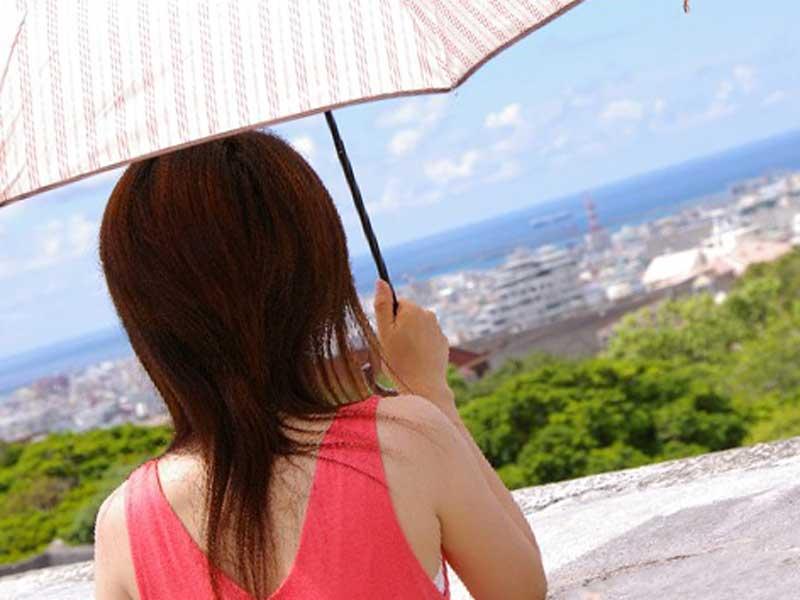 日傘をさして室外にいる女性