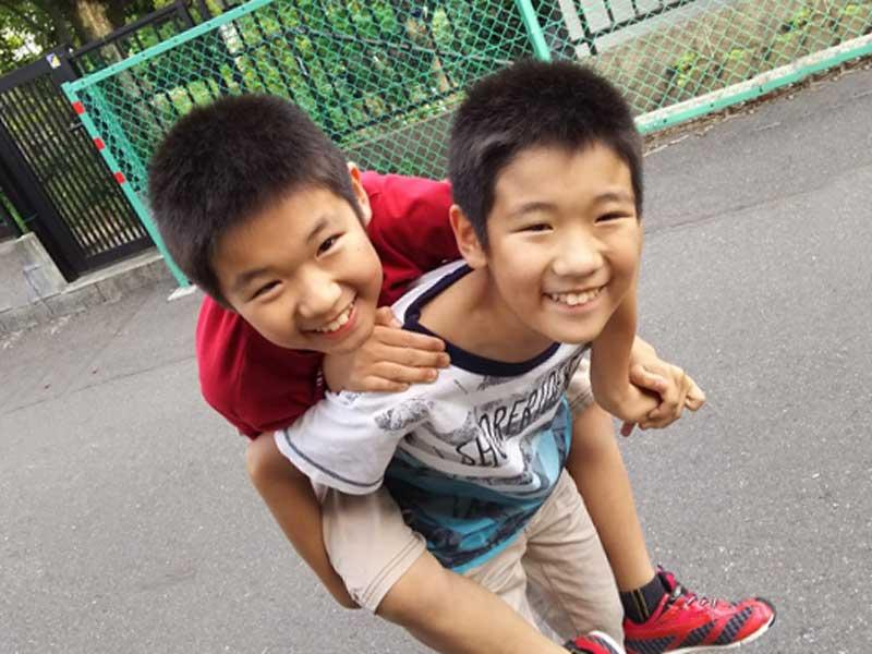 一緒に遊んでいる双子兄弟