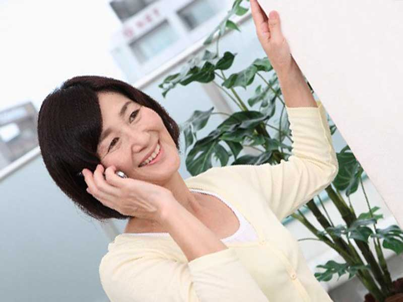 電話をしている中年女性