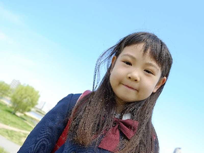 登校中の小学生女の子