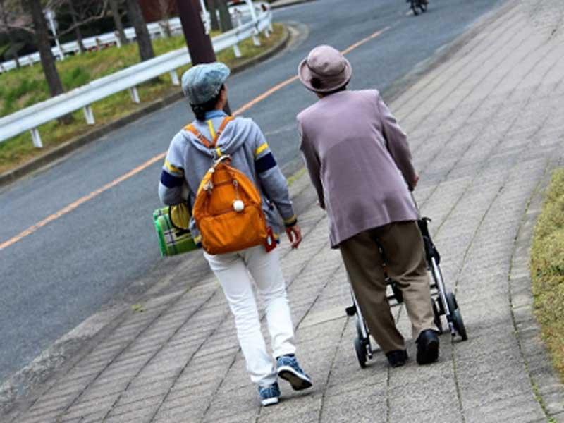 年をとった姑と嫁が一緒にお出かけ