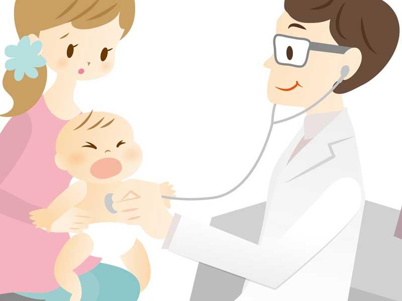 病院で医者の診察を受けているママの膝に乗った赤ちゃん