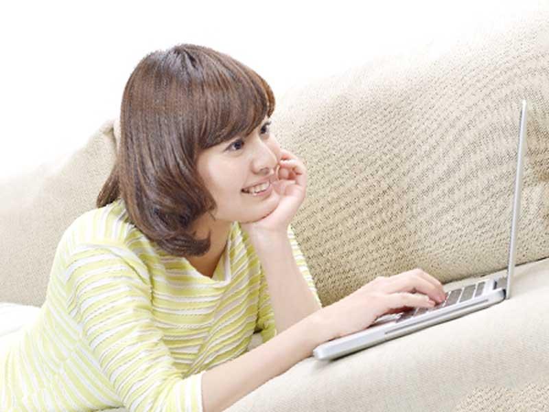 パソコンで通販サイトを見る女性