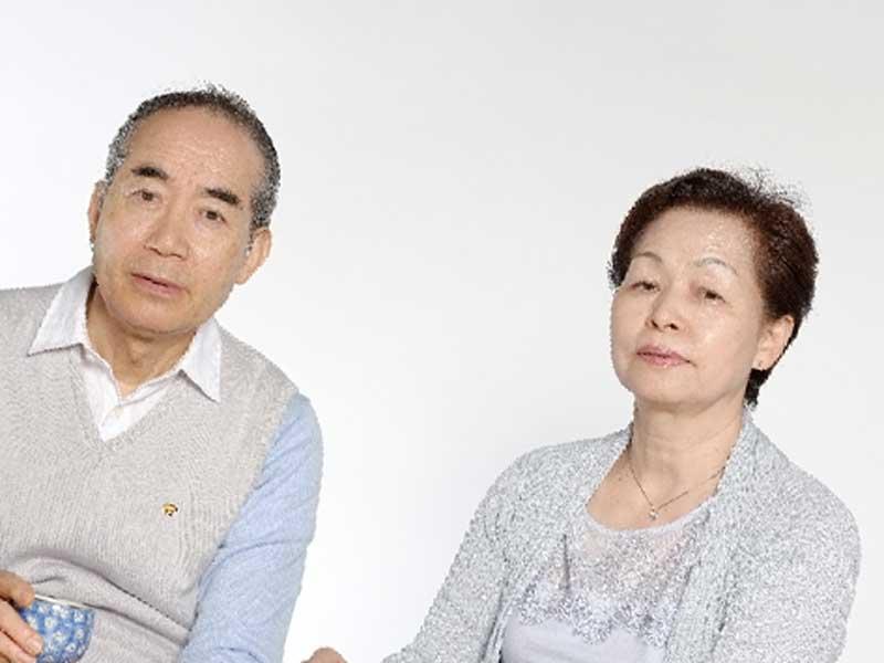 厳しい目の老夫婦