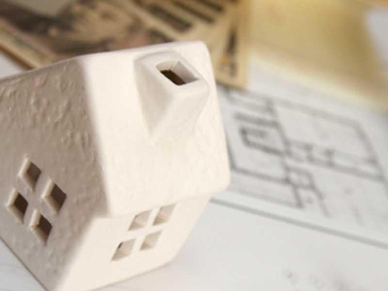 住宅と出費をイメージした小物