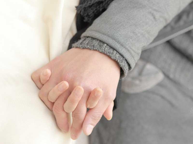 手を繋いでる夫婦