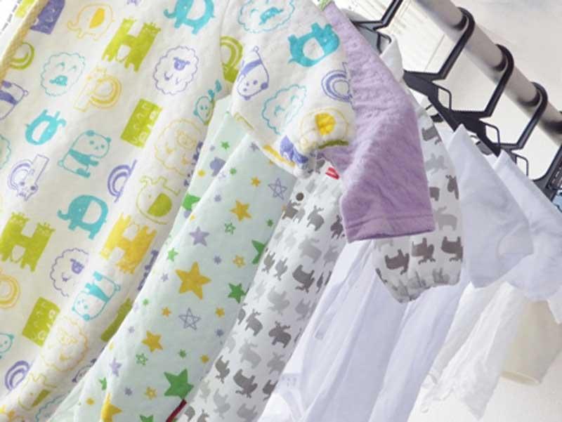 部屋干しをしている赤ちゃんの洗濯物