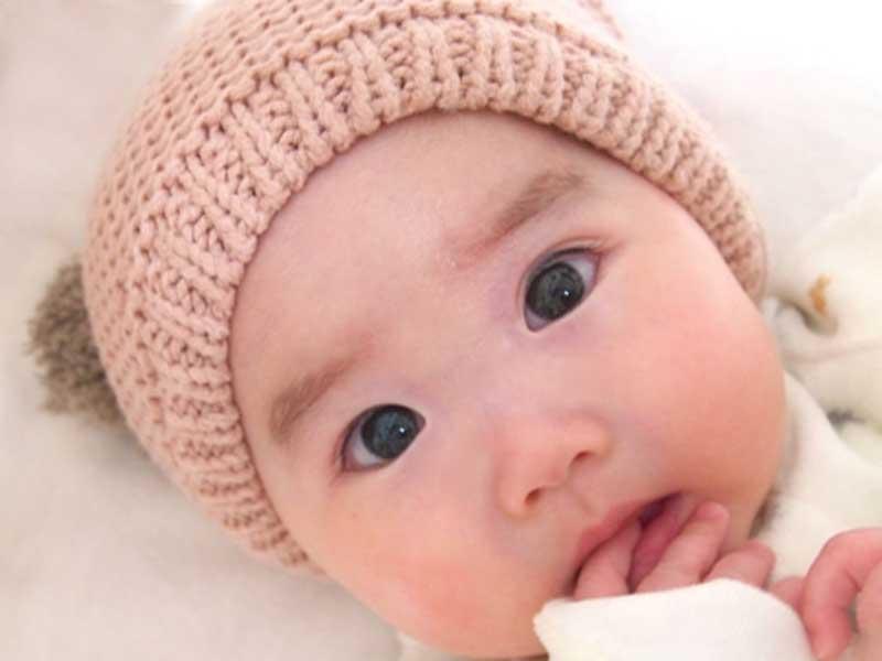 口に手をあてている赤ちゃん