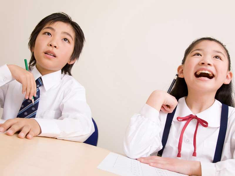 勉強をしている子供たち