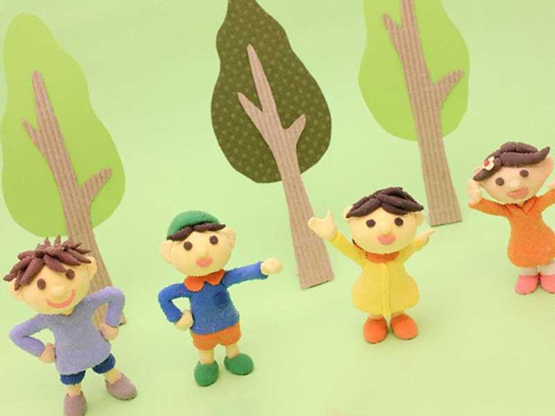遊んでいる子供達のフィギア