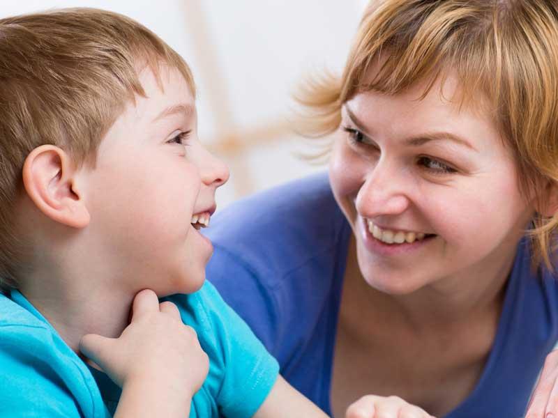 子供と楽しそうに話しているお母さん