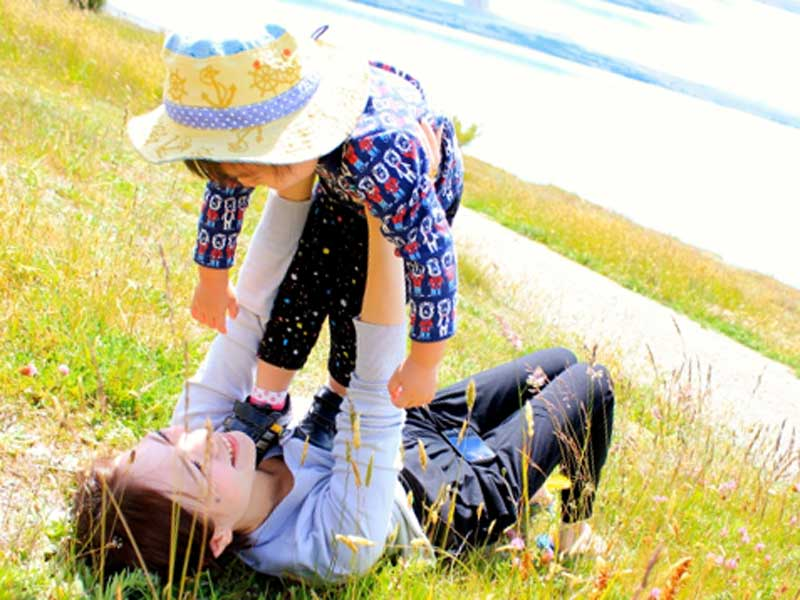 子供と遊んでいるお母さん