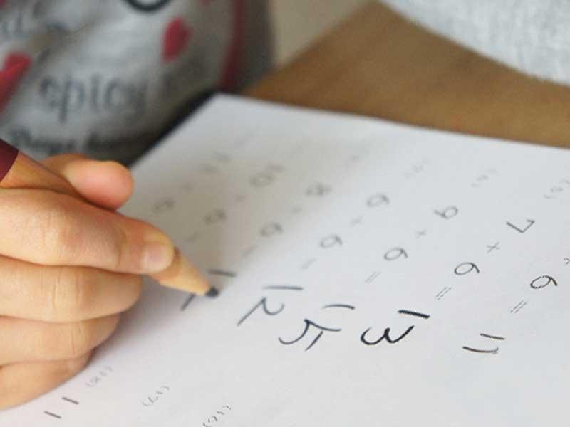 算数の問題を解いている子供