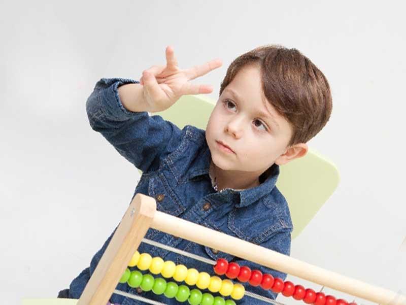 指を使って数えている子供