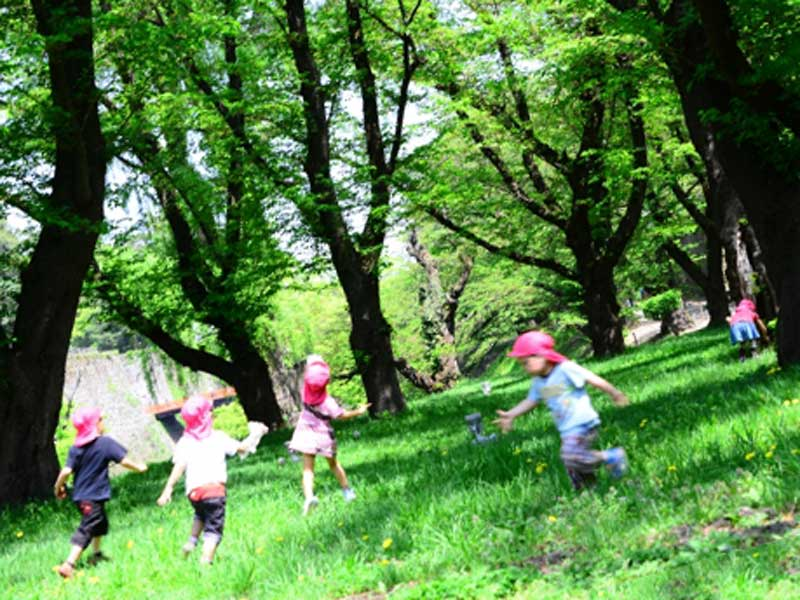 公園で元気に走る子供達