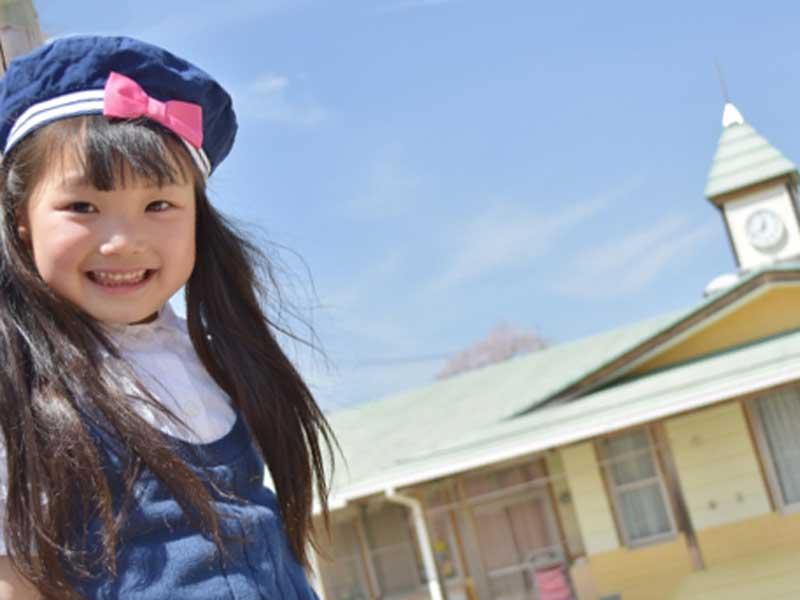 幼稚園にいる女の子