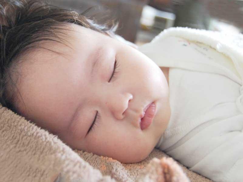 寝ている赤ちゃん