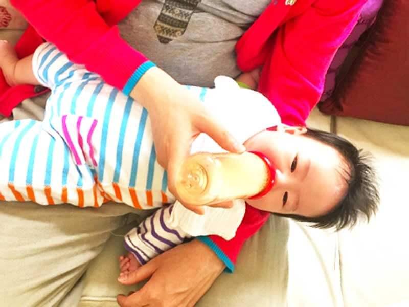 哺乳瓶でミルクを飲んでいる赤ちゃん