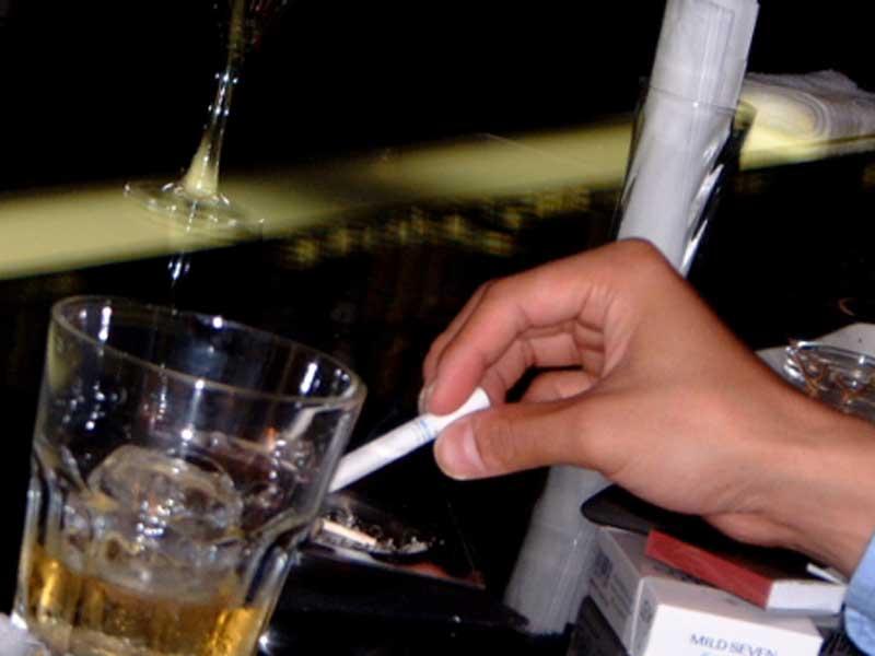 飲酒も喫煙もする男性