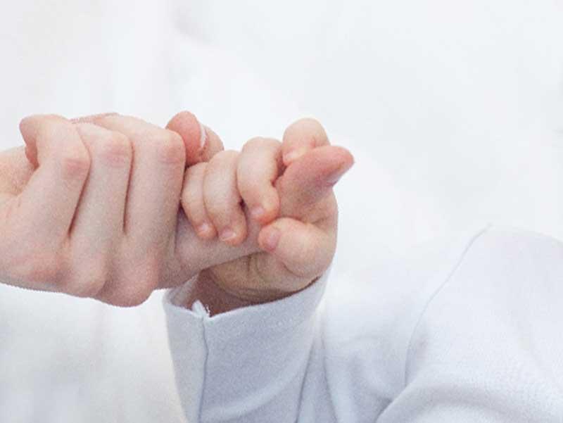 ママの手を引っ張る子供