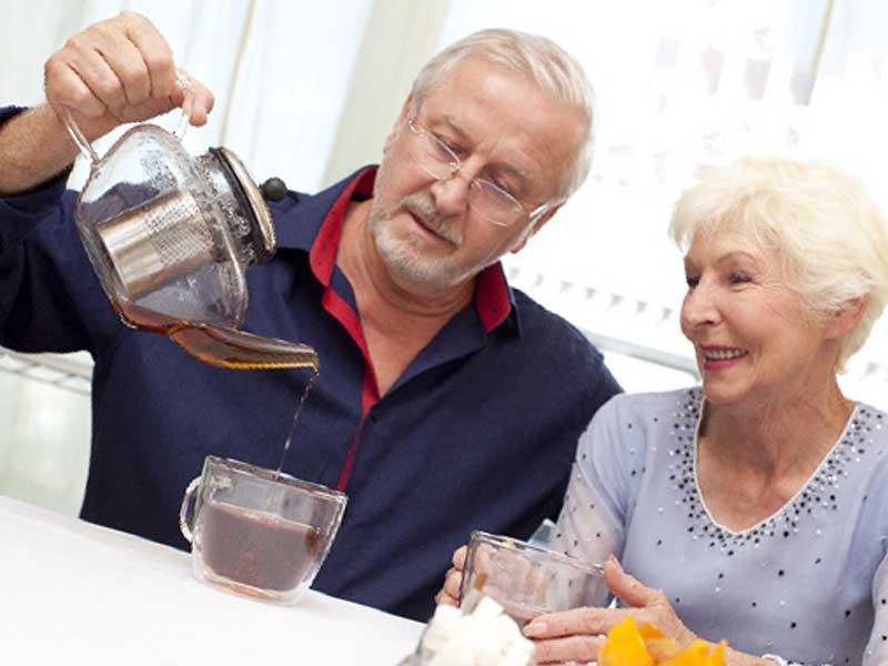 お茶飲もうとしている夫婦