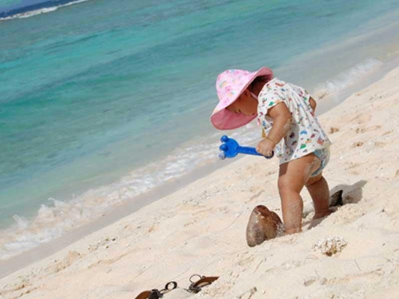 夏場の砂浜で遊ぶベビー